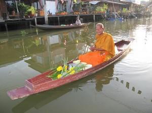 Moine sur sa barque