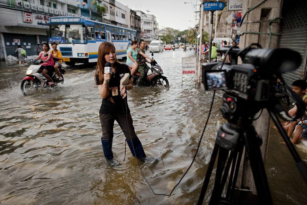 Reporter pour la télévision thaie dans une zone inondée de Bangkok