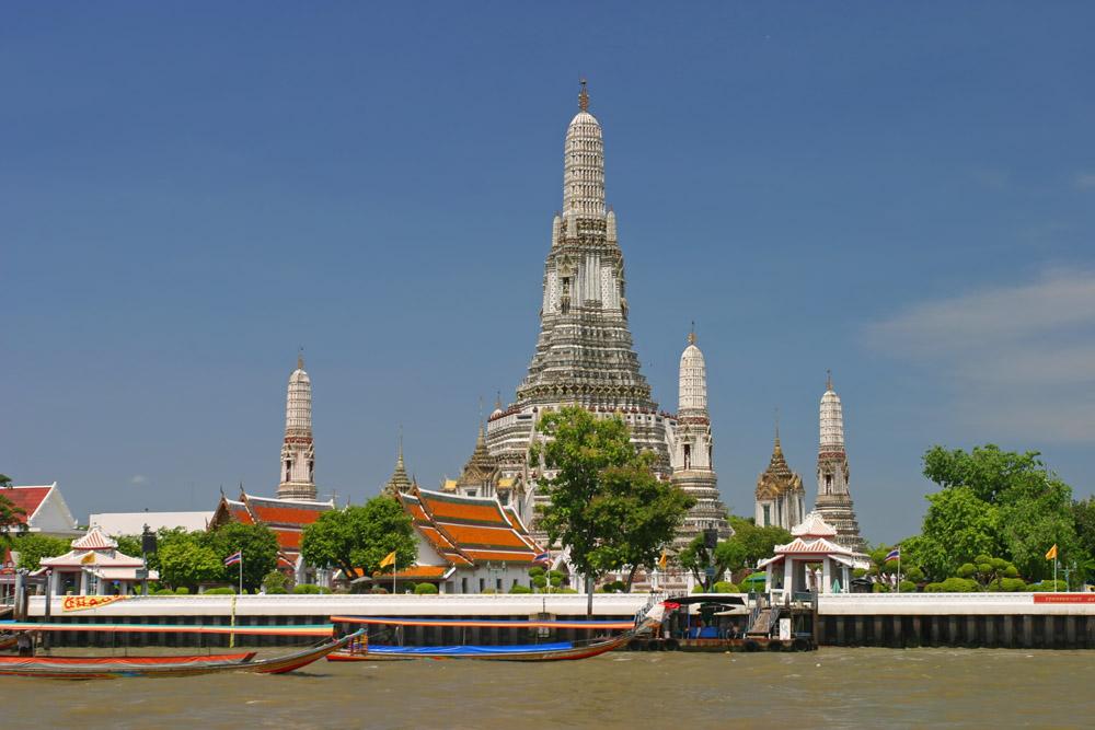 Temple Wat Arun depuis le fleuve Chao Phraya