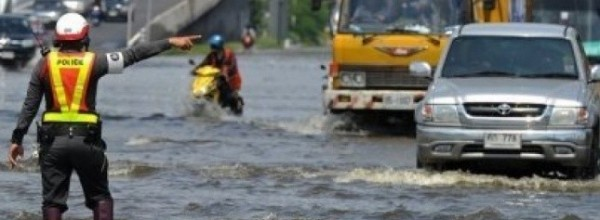 Le gouvernement défend Bangkok contre les inondations