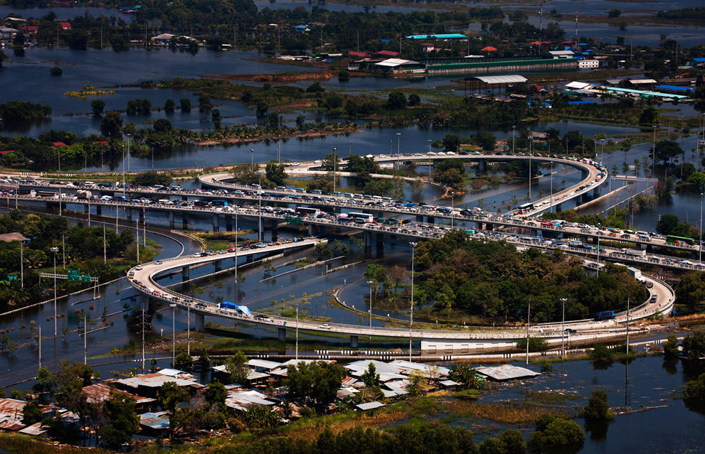 Des voitures sont garés sur l'autoroute dans la province d'Ayutthaya
