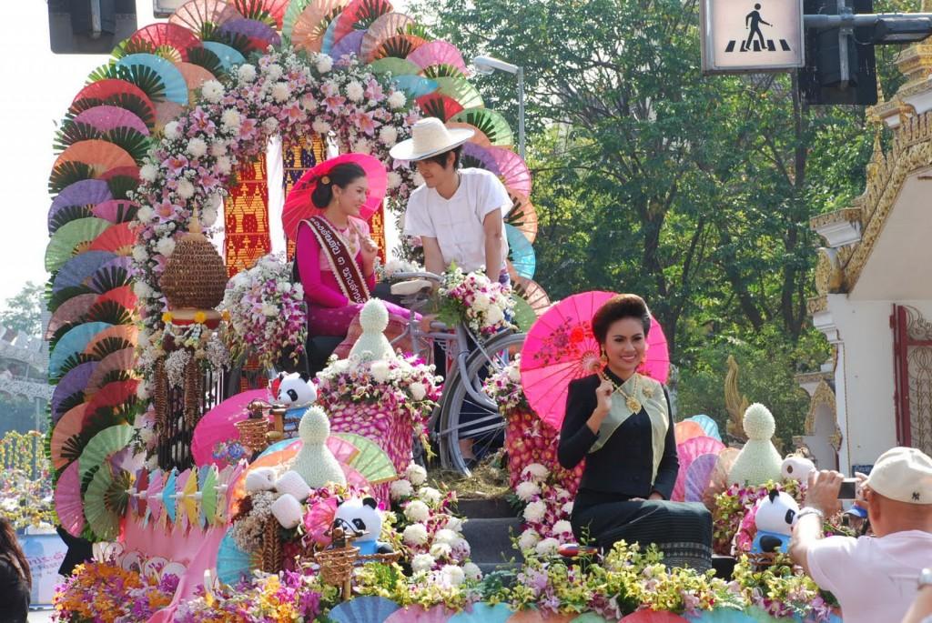 Défilé pour le festival des fleurs à Chiang Mai