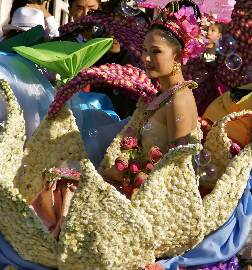 Femme thaïlandaise décorée de fleurs lors d'un défilé