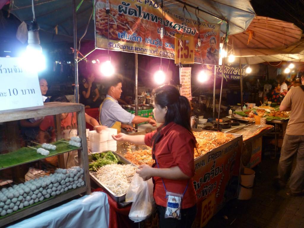 Marchands au marché de nuit de Chiang Mai