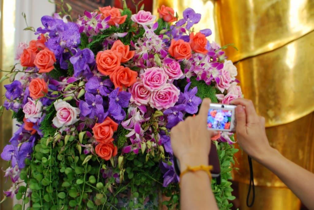 Bouquet de fleurs en Offrande au temple Wat Pho à Bangkok