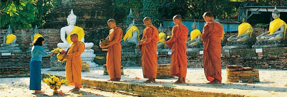 Offrandes aux moines bouddhistes