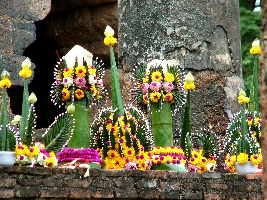 Offrandes sur un temple à Sukhothaï
