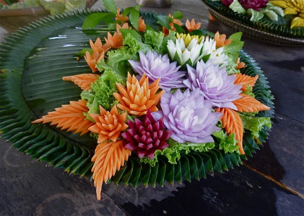 Une sculpture végétale essentiellement composée d'oignons et de carottes