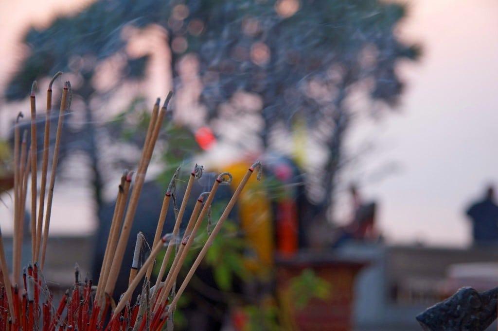 Des offrandes d'encens faites à Bouddha