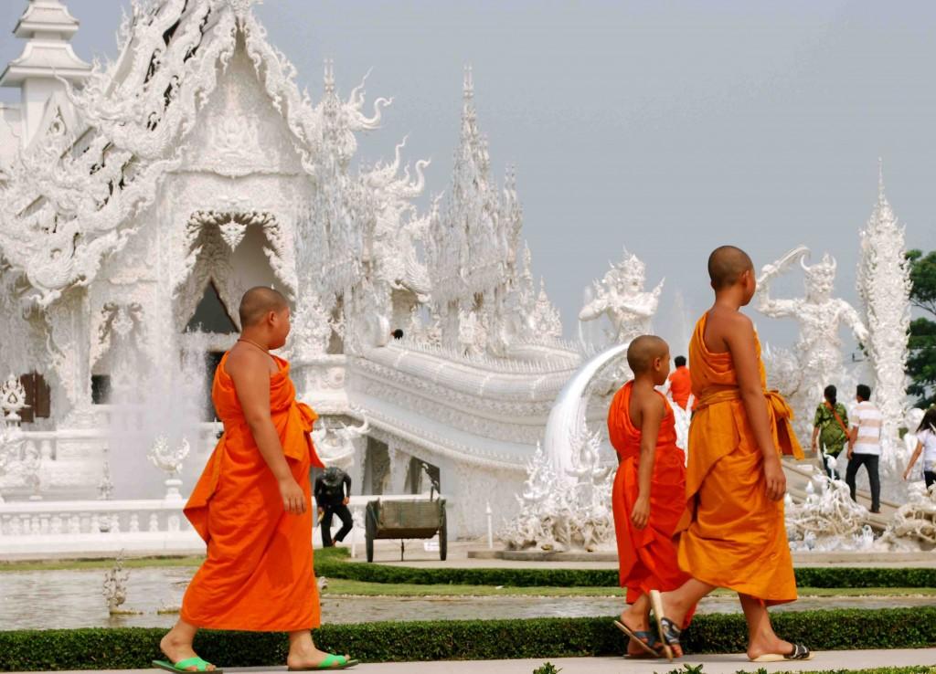 De jeunes moines bouddhistes à côté du temple Wat Rong Khun à Chiang Raï