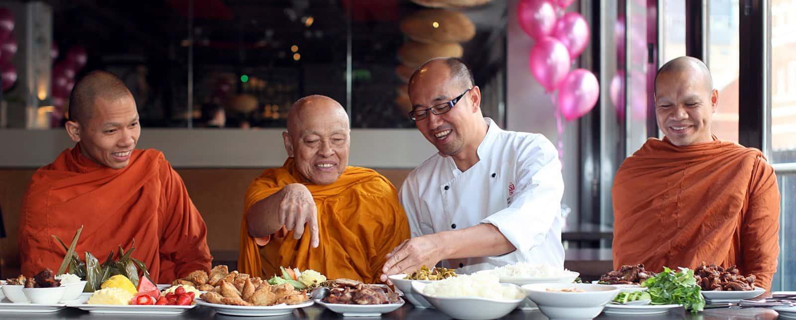 Des moines bouddhistes dans un restaurant