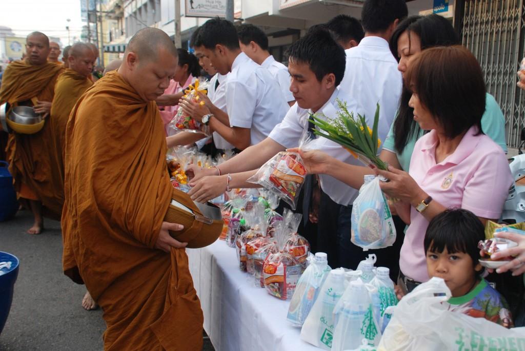 Dons de nourriture et de fleurs aux moines