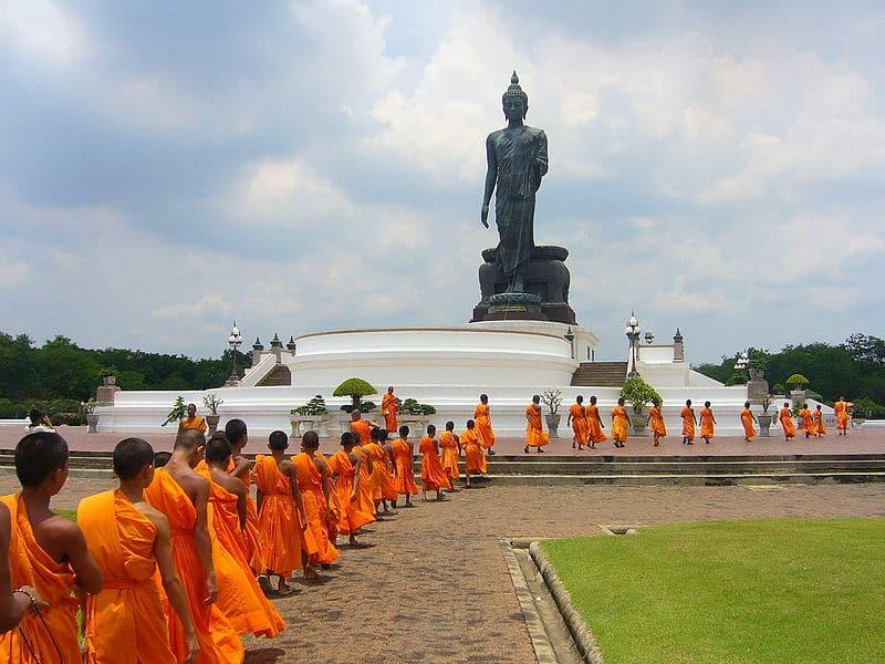 Moines bouddhistes au temple Phutthamonthon
