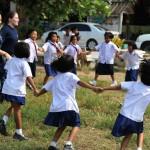 Des écolières thaïlandaises se tiennent par la main