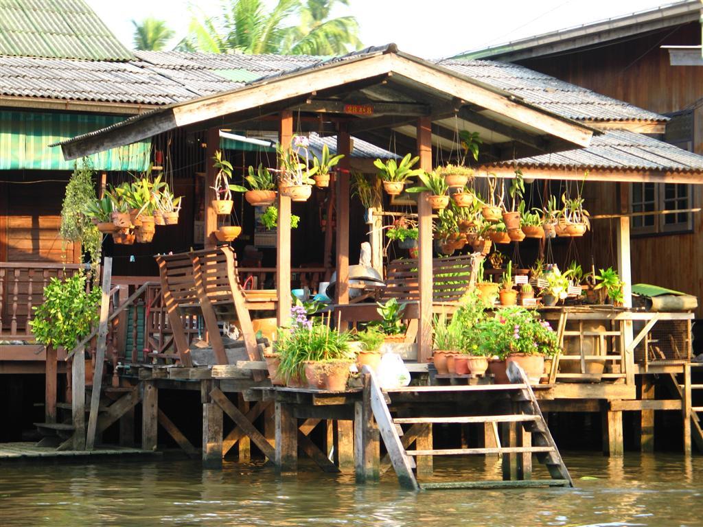Maison bâti sur un klong du fleuve Chao Phraya à Bangkok
