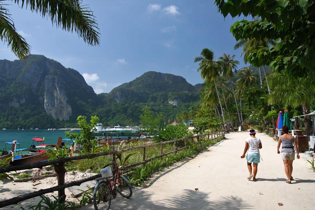 La route longeant la plage de Ton Sai