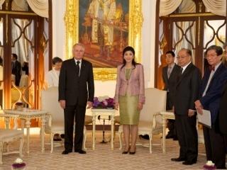 Jean-Marc Ayrault avec la 1er Ministre Thailandais