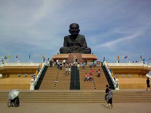 Statue de Luang Pu Thuat à Wat Huay Mongkol