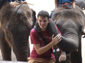 Max avec des éléphants
