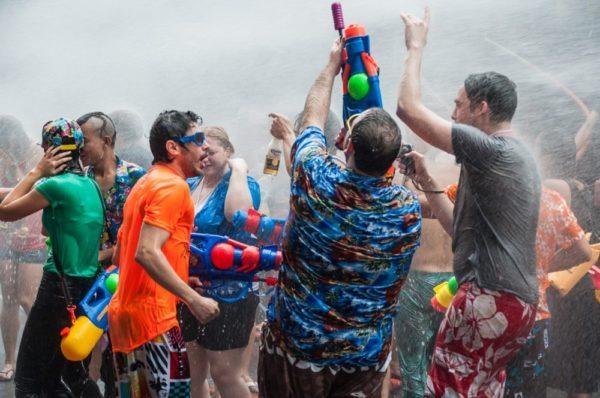 Une grande fête avec de l'eau à volonté