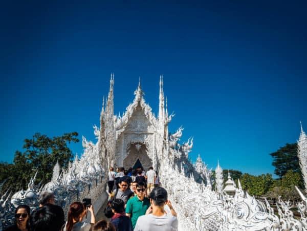 L'entrée principale du temple blanc (Wat Rong Khun) à Chiang Rai - Comme une envie de voyage - CC BY-NC-ND 4.0